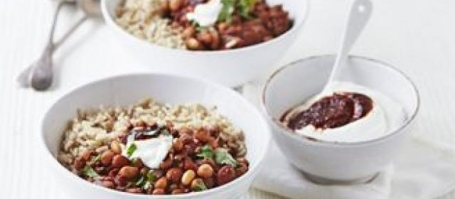 Beef & bean chilli bowl with chipotle yogurt