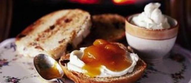 Toasted teacakes with apricot compote